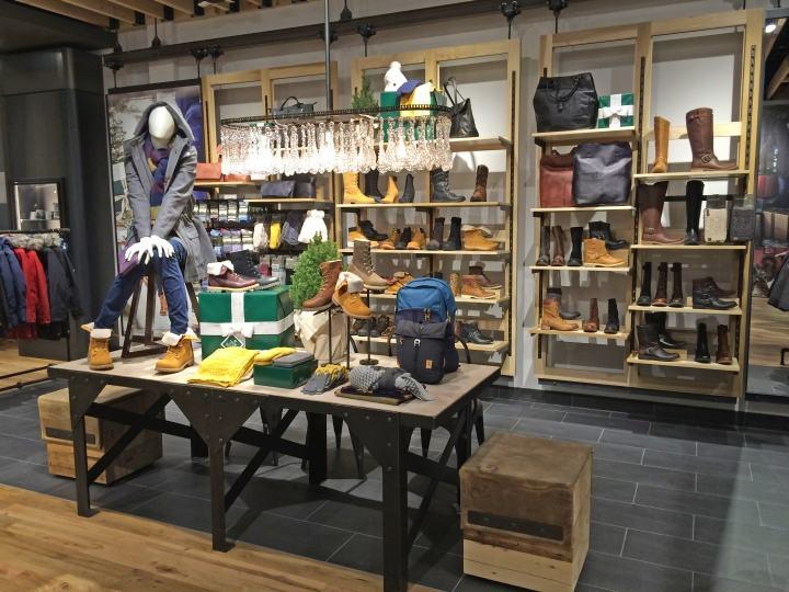 【什么是零售设计】零售设计是一个专注于为零售品?#24179;?#31435;商业设计理念的室内设计的专?#30423;?#22495;。它比传统意义上的店面设计更宽泛,还包括了许多特殊的零售类型,比如精品展示店,旗舰店,概念及生活方式店,百货商店柜台,以及其他长期的或者临时的零售环境等。要考虑的工作包括对目标客户中的品牌形象,顾客在店内的活动范围,视觉展示和商品陈列,材料的选择优化等多个要素的强化,从而实现的对零售品牌内涵的扩展?#30001;臁?#24182;?#19968;?#22312;设计优化工作流程的同时也考虑到客户对储存空间、电子收款机系统和银行办公功能的要求。 【米尚丽软装】本站内容未经书面